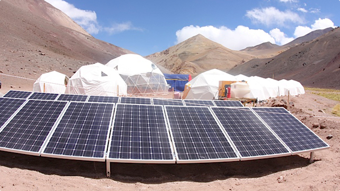 Photovoltaic panels replace part of the consumption of diesel generators that are used, mainly, to heat the camp's lodging facilities.