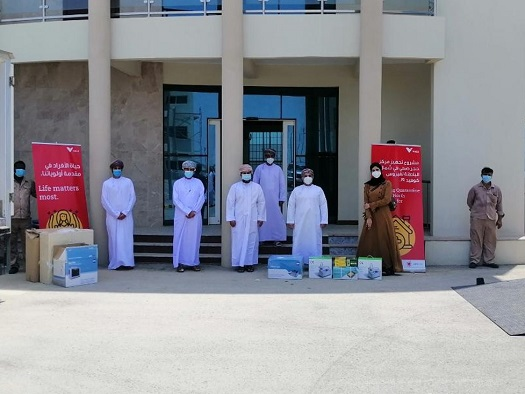 People from Oman receiving medical equipament