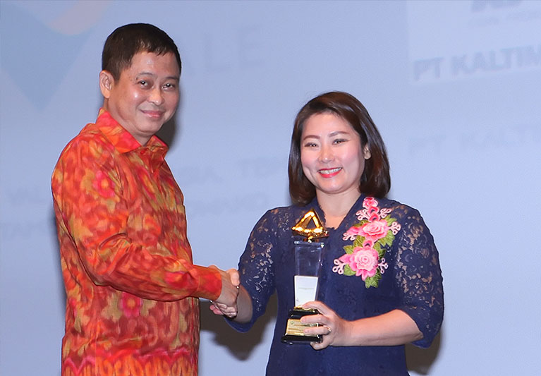 The award was given by the Minister of Energy and Mineral Resources (MEMR) Ignasius Jonan to PT Vale's Deputy CEO Febriany Eddy on the awarding night which took place at the Djakarta Theater, Jakarta (27/92019)