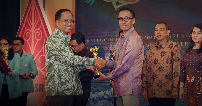 Febriany Eddy receiving the SBA award directly from the Minister of National Development Planning Bambang Permadi Soemantri Brodjonegoro.