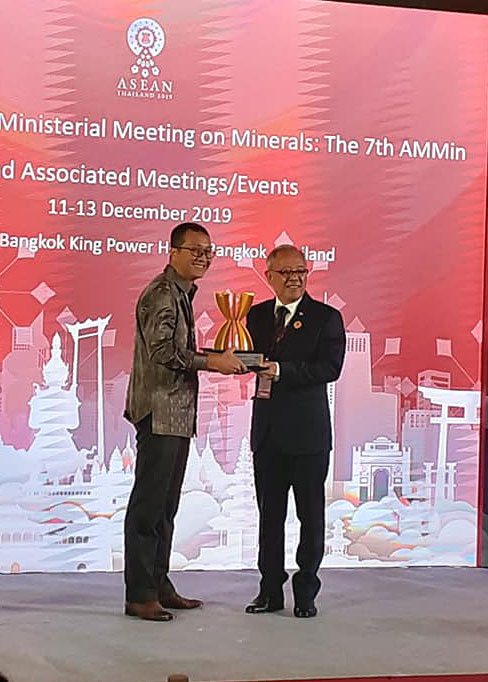 The award was given by Thailand's Deputy Minister of Industry and received by Senior Manager Communications PT Vale Bayu Aji.
